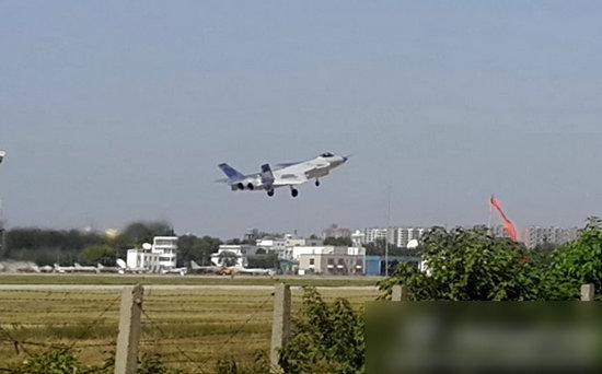 原文配图:中国歼20最新试飞照机身半黑半百。