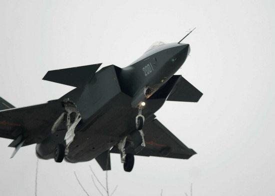 原文配图:2001号歼-20四代机在以往的试飞中,所涂装的表面涂层都是黑色的。