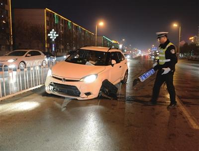 男子醉酒驾车撞向隔离护栏 车牌被撞飞(图)