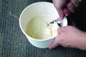 各种添加剂按比例添加后 变成了十分黏稠的膏状