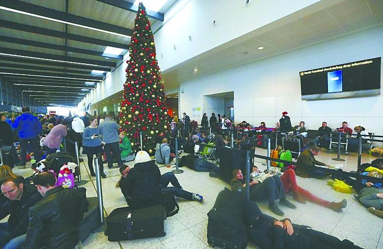 受暴雨影响,很多英国人被困在机场。