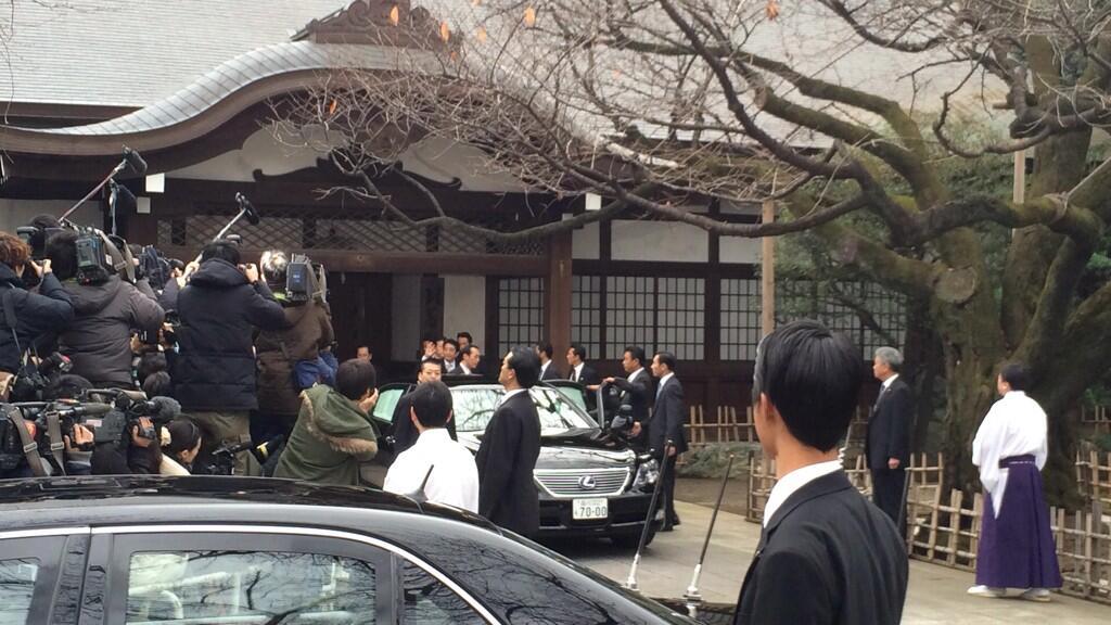 日本首相安倍晋三抵达靖国神社