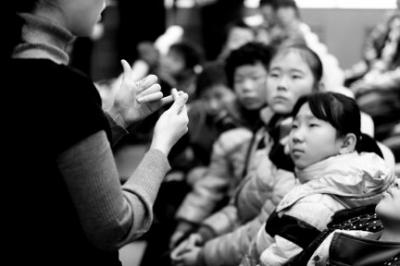"""手语""""教育""""旁听的聋哑孩子-聋哑人涉嫌抢劫案人性化开庭 组图"""
