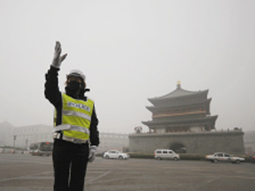 昨日上午,在钟楼盘道执勤的莲湖大队女交警陈阳正在疏导交通 记者张宇明 摄