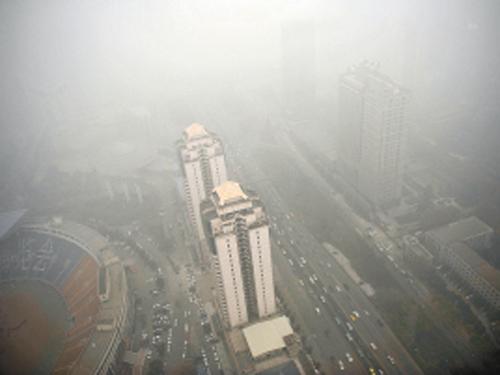 雾霾笼罩下的南二环 记者 王健 摄