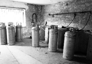 辽阳凯嘉五金塑料有限公司厂房内装有易燃气体丁烷的钢罐。此处离输油管道最近处只有2.8米。新华社发