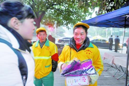 环卫师傅们正在领取保暖礼包。受访者供图