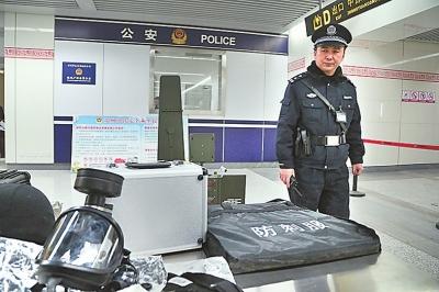 民警24小时监控地铁全线