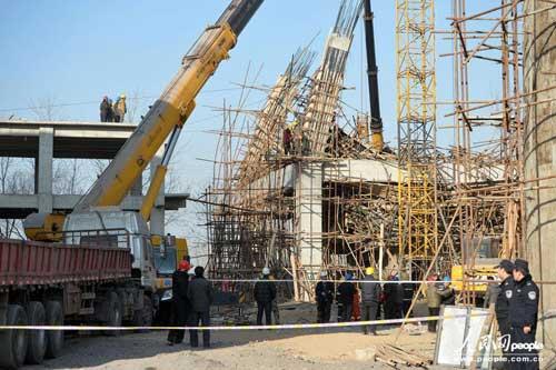 河北省辛集市钢信水泥有限公司施工过程中发生事故,致钢管脚手架倒塌。