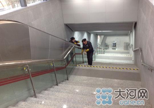 新闻流:郑州地铁一号线开通 12时市民可购票乘坐