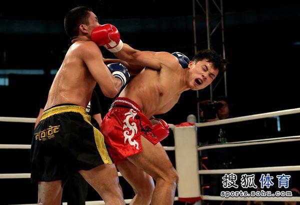 图文:K-1八强赛(佛山)谢雷获胜 谢雷转身鞭拳