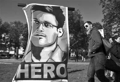 """10月26日,华盛顿,一幅斯诺登的画像写有""""英雄""""字样。"""
