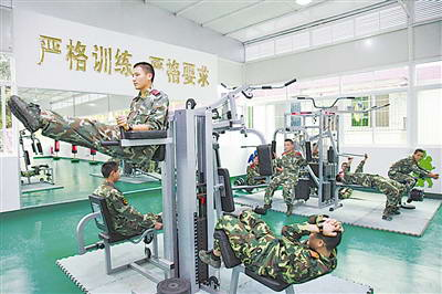今年,武警广东省总队韶关市支队继续加大对基层单位健身设施的投入,官兵开展体能训练的条件得到进一步改善。图为该支队战士在综合体能训练馆里健身。朱应杰摄