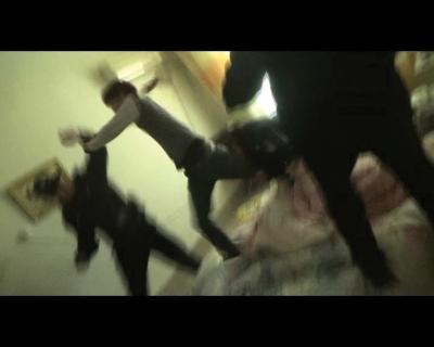 视频 民警 忍痛/救援现场。视频截图