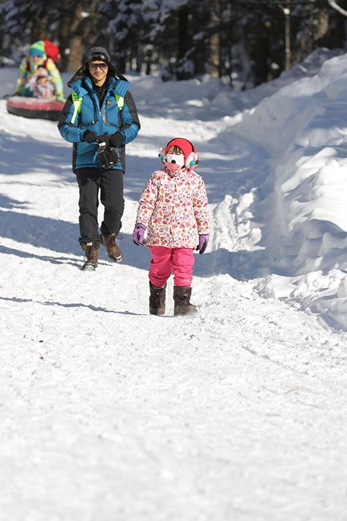 田亮和Cindy走在雪地上