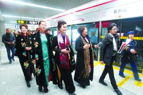 郑州 地铁/有乘客盛装前来体验郑州地铁