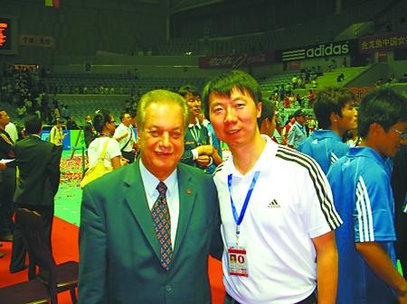 国际级排球裁判苟明正在向记者解释排球比赛中裁判手势的含义