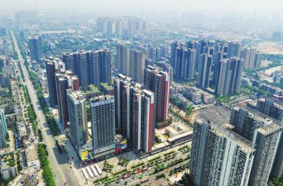 2013年年底,成都東二環兩側林立的高樓地標建筑,一公里一個城市綜合體圖片