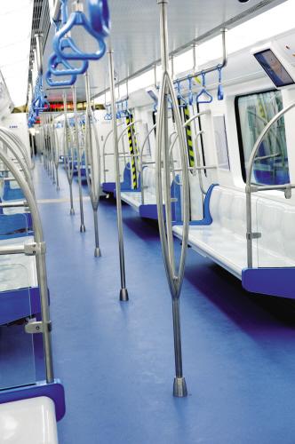 车内设置了满足不同身高乘客的多个扶手和吊环。