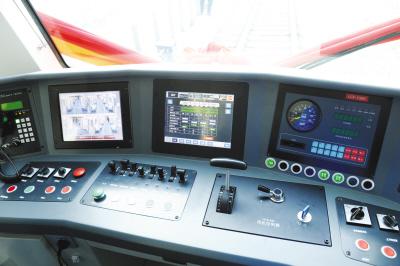车内安装了列车监视摄像系统和紧急报警系统,可全方位对列车的每个部位进行实时监控。本版摄影邢毅