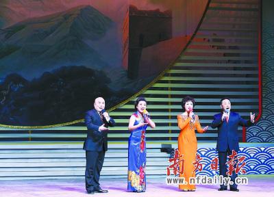 昨晚,2014年新年戏曲晚会在北京举行。这是京剧演员于魁智、李胜素、袁慧琴和杨赤共同演唱《同圆中国梦》。