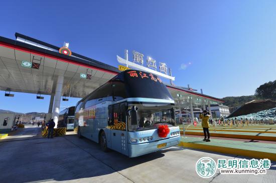 昨天,大丽路高速通车后,大巴车通过收费站 记者 曲鸣飞/摄-大丽高速
