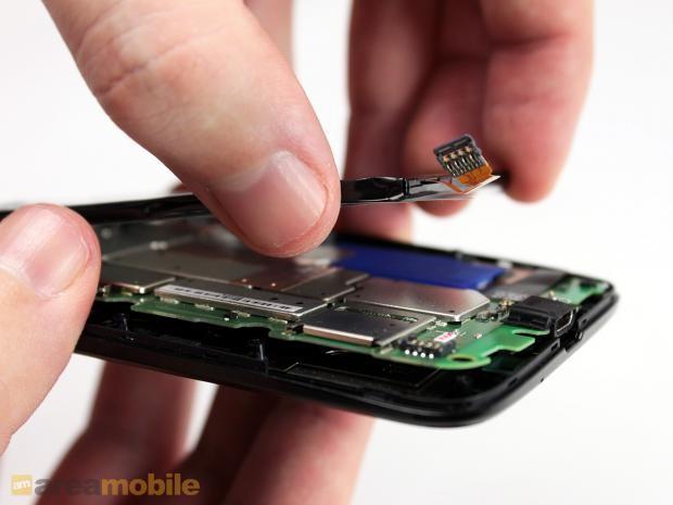 断开与主板连接之后,我们就可以取下电池了。