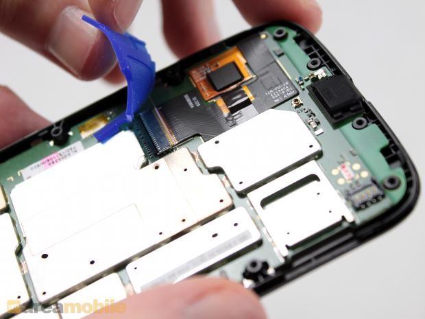 不过在取下主板之前,我们还是要断开屏幕面板和主板之间连接的排线。