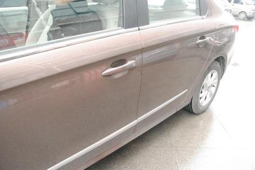 全新爱丽舍的车侧造型同样走的是中庸的设计风格,比例协调,...