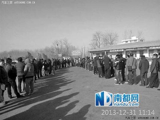 昨日,大量外地车主在北京东五环外白鹿收费站排队办理临时进京证。 网友供图