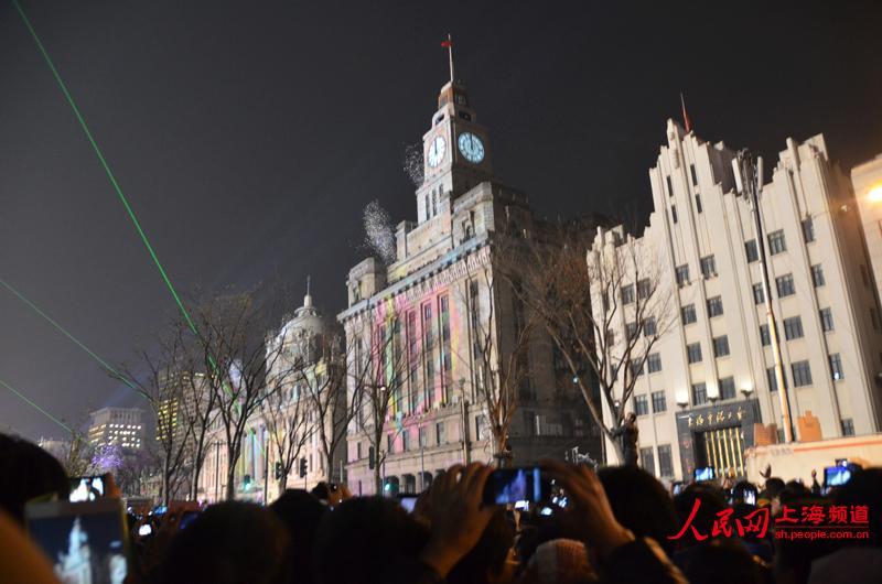 2013年12月31日晚上10:00,外白渡桥上拥挤的人群向外滩方向行走.