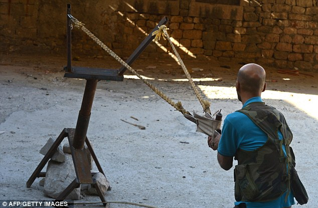 """叙利亚反对派士兵最新发明的武器―用排水管改造而成的""""迫击炮""""。"""