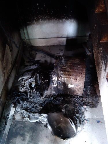 烧毁后的威力洗衣机残骸