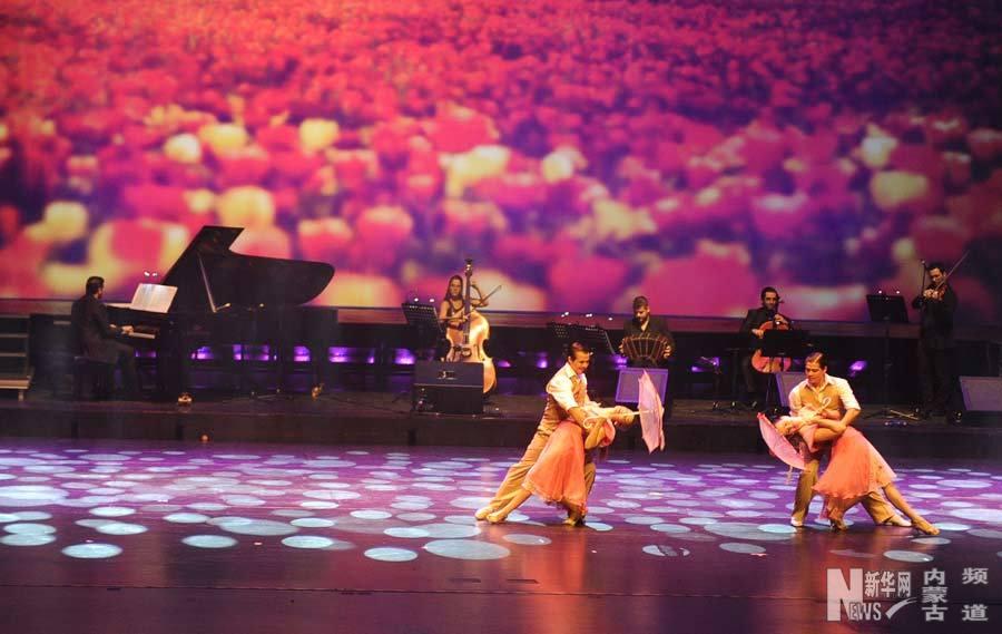 12月31日,阿根廷欲望探戈舞团演员在演出中。