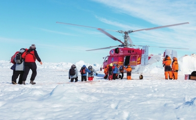 """中国雪鹰12""""号直升机救出52名南极被困乘客"""