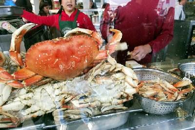 美国旧金山华埠进入旅游旺季螃蟹价格低热销