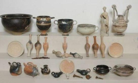 在这个古墓内,考古小组共发现了30件文物,包括2个女性造型的赤土陶小雕像,3个奶瓶(包括小猪造型在内)以及一些陶罐、花瓶和盘子。考古学家已经对盘子进行清洗和修复。