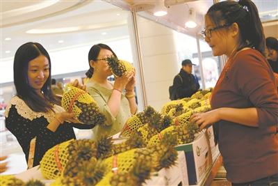 """渤海早报讯 (记者马根)昨日,""""天津台湾观光特产嘉年华会""""在银河国际购物中心举行。"""
