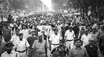 1月1日,印度加尔各答,少女葬礼当天大量民众参加,2日爆发游行。
