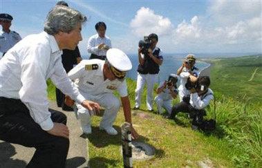 资料图:日本前首相小泉在硫磺岛纪念战死日军.