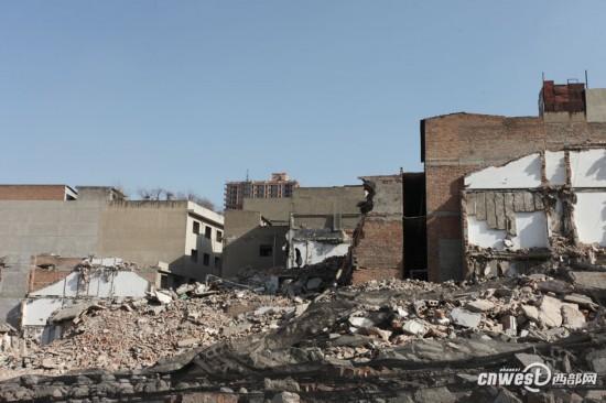 西安一城中村居民废墟中生活 每日钻黑洞进出(组图)
