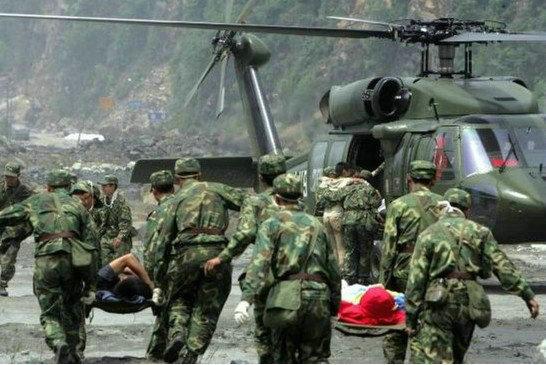 """资料图:中国陆航装备的S-70""""黑鹰""""运输直升机,该型直升机仍是我国高原地区直升机运输的主力。"""
