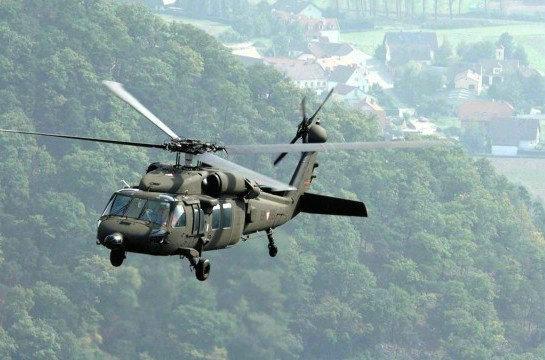 """资料图:美国黑鹰""""直升机。"""