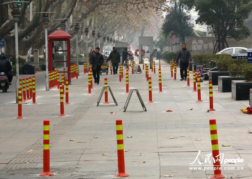 2014年1月4日,南京,在历史文化街区长江路上的隔离桩。东方IC