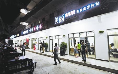 1月2日,海南省三沙市永兴岛北京路的商业街开张营业.