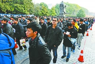 华中科技大学考点,考生步入考场.记者何晓刚 摄