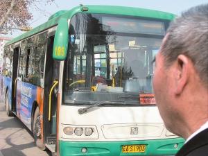 公交司机行车途中发病忍痛将车开到安全地带(组图)