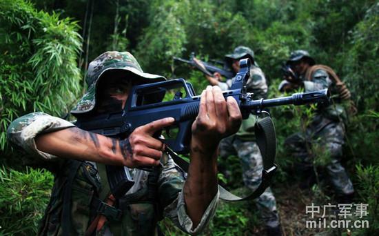 资料图:特种部队战士在野外生存训练.