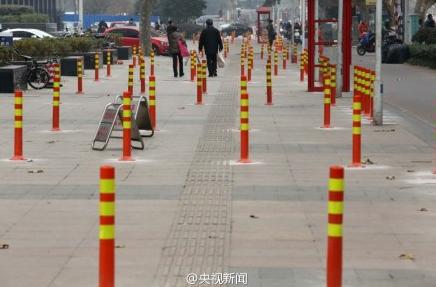 """南京交管局回应""""人行道竖80根隔离桩"""":限制违停"""