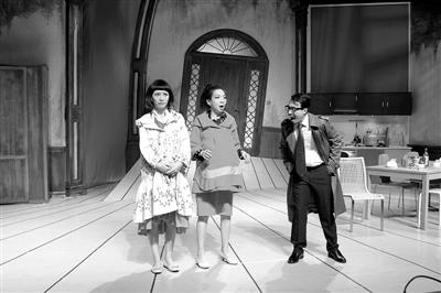 """万芳(中)在剧中演绎了一个受困于生活的""""绝望主妇""""。"""